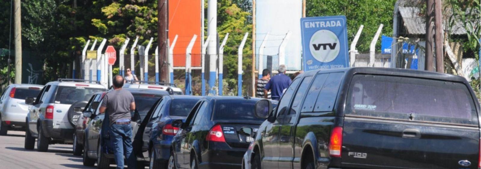 Fila de autos para VTV